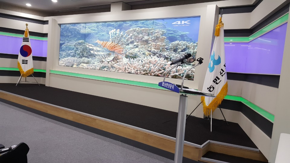 Barco UniSee LCD Video Wall perfects background for Farmer's
