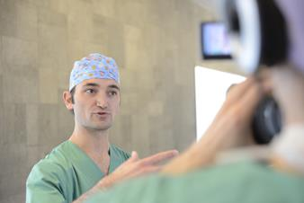 Dr. Mathieu D'Hondt (AZ Groeninge) performing a liver resection with Barco's 4K visualization technology